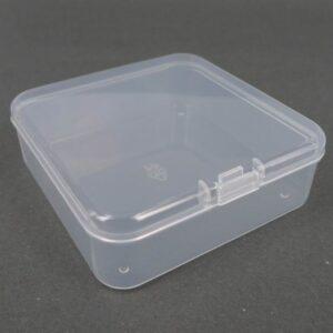 Lille firkantet plastæske 7½x2½ cm.